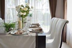 Äta middag tabellen i modernt hem med den eleganta tabellinställningen Royaltyfria Foton