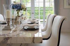 Äta middag tabellen i tappningstil med den eleganta tabellinställningen arkivfoto
