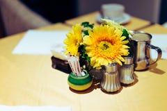 Äta middag tabellen lade kalt i den eleganta restaurangen Royaltyfri Foto