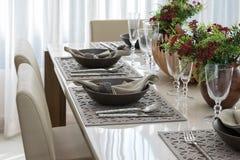 Äta middag tabellen med den eleganta tabellinställningen royaltyfri bild