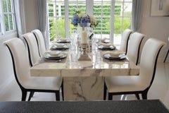 Äta middag tabellen med den eleganta tabellinställningen Fotografering för Bildbyråer