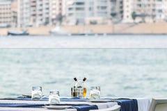 Äta middag tabellen med havssikt Arkivbilder