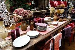 Äta middag tabellen med lerkärl Royaltyfri Fotografi