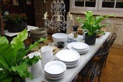 Äta middag tabellen med lerkärl Royaltyfri Bild