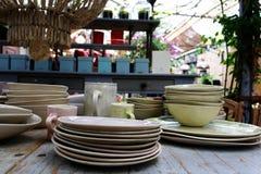 Äta middag tabellen med lerkärlcloseupen Royaltyfri Foto