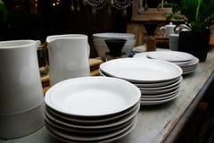 Äta middag tabellen med lerkärlcloseupen Royaltyfria Bilder