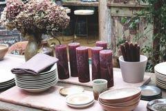 Äta middag tabellen med lerkärlcloseupen Arkivfoto
