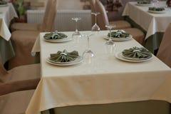 Äta middag tabellen med plattor Arkivbilder