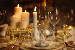 Äta middag tabellen med tända stearinljus Arkivfoton