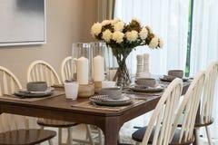Äta middag tabellen och bekväma stolar Arkivbild