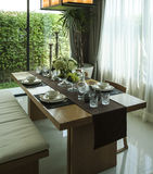 Äta middag tabellen och bekväma stolar i modernt hem royaltyfria bilder