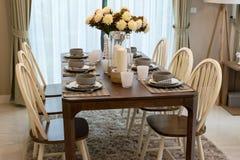 Äta middag tabellen och bekväma stolar i modernt hem Arkivbilder