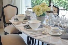 Äta middag tabellen och bekväma stolar i modernt hem Arkivfoton