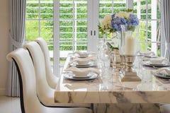 Äta middag tabellen och bekväma stolar i tappning utformar royaltyfri foto