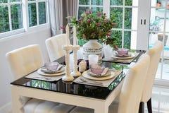 Äta middag tabellen och bekväma stolar i tappning utformar arkivbilder