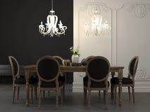 Äta middag tabellen och den härliga vita ljuskronan arkivfoton