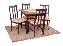 Äta middag tabellen och stolar som isoleras på vit med den snabba banan Royaltyfri Bild