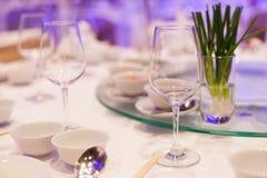 Äta middag tabellen och utrustning. royaltyfri fotografi