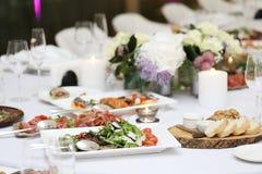 Äta middag tabellen på en beröm Arkivfoto