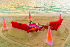 Äta middag tabellen på stranden på den tropiska Maldiverna ön arkivbild