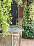 Äta middag tabellen på terrass mycket av gröna träd Royaltyfri Bild