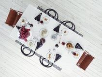 Äta middag tabellen, skandinavisk inre Royaltyfri Fotografi