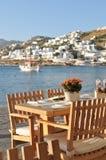 Äta middag tabellen vid Mykonos strand, Grekland Arkivbild