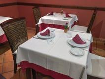 Äta middag tabeller i restaurangen Arkivfoto
