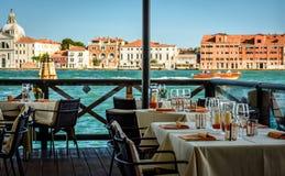 Äta middag tabeller i Venedig arkivbild