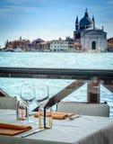 Äta middag tabeller i Venedig royaltyfria bilder
