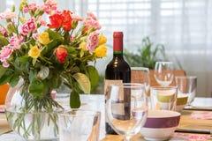 Äta middag tabeller med bestick och nya blommor royaltyfria foton