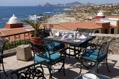 Äta middag tabeller med en stor sikt av Caboen San Lucas Arkivbild