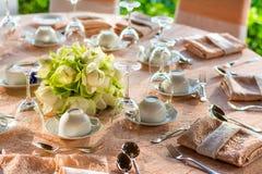 Äta middag tabellförberedelsen i en lyxig restaurang arkivfoto