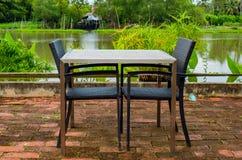 Äta middag tabellflodstranden Royaltyfria Bilder