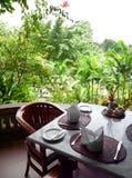 äta middag trädgårds- utomhus- uteplats Royaltyfri Fotografi