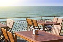 Äta middag under den öppna himlen med en härlig havssikt Fotografering för Bildbyråer