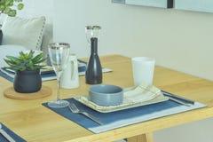 Äta middag uppsättningen med krukmakeristil på att äta middag tabellen Arkivbild