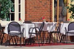äta middag utanför royaltyfria bilder