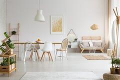 Äta middag utrymme och vardagsrum i lägenhet arkivfoton