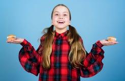 Äta muffin för varje mål av dagen Lycklig liten flicka som hemma bakar frukostmuffin Lyckligt le f?r sm?barn arkivbild