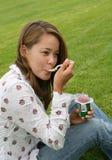 äta nätt kvinnayoghurt arkivfoto