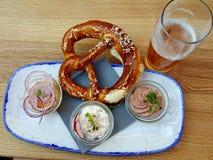 Äta några bavariantapas royaltyfri fotografi