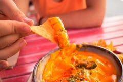 Äta nachos Royaltyfri Fotografi