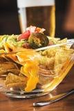 Äta nachos Arkivbilder
