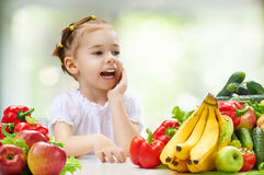 Äta ny frukt Arkivbild