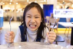 Äta oordning, lunch och ord för asiatisk gullig flicka hungrig väntande på royaltyfria foton