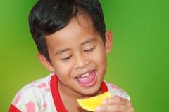 Äta orange frukt royaltyfria bilder