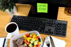 Äta på arbetsplatsen Fotografering för Bildbyråer