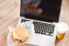 Äta på arbetsstället arkivfoton