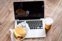 Äta på arbetsstället royaltyfria foton